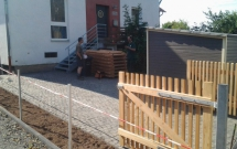 Hofgestaltung mit Basalpflasterfläche u. neuem Tor aus Lärche 2012