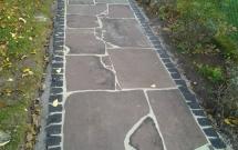 Sandsteinpolygonalplatten mit Basaltpflastereinfassung 2012
