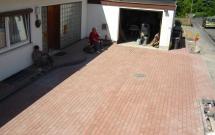 Rotes Betonpflaster mit anthrazitfarbenen Betonpalisaden