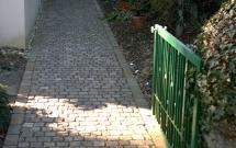 Gartenweg aus Porphyrkleinpflaster