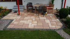 Randeinfassung aus Basalt + Betonpflaster