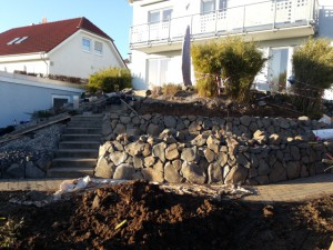 Neugestaltung eines Hanges mit Trockenmauer aus Basaltsteinen, Kassel 02/2016